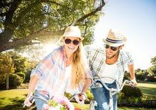 Coppie con le bici nel parco Fotografie Stock