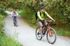 Coppie con le biciclette Fotografie Stock Libere da Diritti