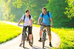Coppie con le biciclette Fotografia Stock Libera da Diritti
