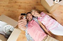 Coppie con le grandi scatole di cartone che si muovono verso la nuova casa Fotografia Stock Libera da Diritti