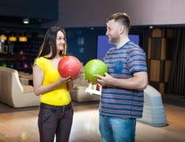 Coppie con le palle da bowling Fotografia Stock