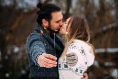 Coppie con le stelle filante Baciare delle coppie di Hipsrer Fotografia Stock