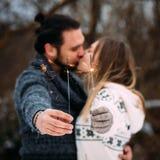 Coppie con le stelle filante Baciare delle coppie di Hipsrer Formato quadrato Immagini Stock Libere da Diritti