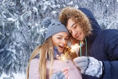 Coppie con le stelle filante nell'inverno Immagini Stock Libere da Diritti