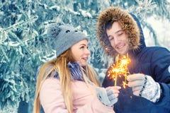 Coppie con le stelle filante nell'inverno Immagine Stock