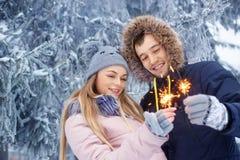 Coppie con le stelle filante nell'inverno Fotografie Stock Libere da Diritti