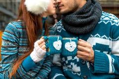Coppie con le tazze di caffè nell'inverno immagine stock