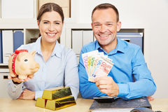 Coppie con soldi ed oro come sicurezza Fotografia Stock