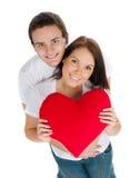 Coppie con un cuore rosso fotografia stock libera da diritti
