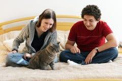 Coppie con un gattino Immagini Stock Libere da Diritti