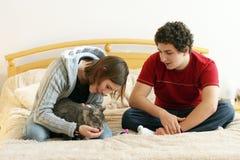 Coppie con un gattino fotografia stock libera da diritti