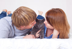 Coppie con un gatto Fotografia Stock Libera da Diritti