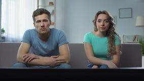 Coppie in conflitto che guarda TV silenziosamente trascurarsi, crisi di relazione stock footage