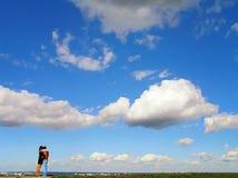 Coppie contro cielo blu Immagine Stock
