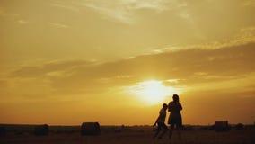 Coppie contro il bello tramonto archivi video