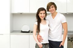 Coppie in cucina moderna Immagine Stock