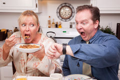 Coppie in cucina in ritardo per lavoro Immagine Stock Libera da Diritti
