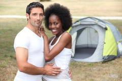 Coppie davanti alla tenda Fotografia Stock