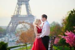 Coppie davanti alla torre Eiffel a Parigi, Francia Immagine Stock
