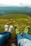 Coppie degli amanti che godono di una vista della cima Immagini Stock Libere da Diritti