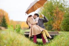 Coppie degli amanti sotto l'ombrello nella pioggia Fotografia Stock Libera da Diritti
