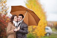 Coppie degli amanti sotto l'ombrello nella pioggia Fotografie Stock