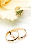 Coppie degli anelli di cerimonia nuziale dell'oro immagini stock libere da diritti