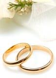 Coppie degli anelli di cerimonia nuziale dell'oro immagine stock