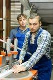 Coppie degli operai alla fabbrica Fotografie Stock