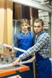 Coppie degli operai alla fabbrica Immagine Stock