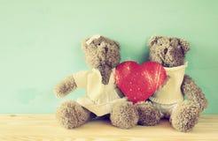 Coppie degli orsacchiotti svegli che tengono grande cuore rosso Fotografia Stock Libera da Diritti