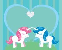 Coppie degli unicorni del fumetto nell'amore royalty illustrazione gratis
