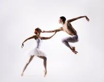 Coppie dei ballerini di balletto su un fondo leggero immagini stock libere da diritti