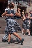 Coppie dei ballerini di tango sul posto principale con altri ballerini al festival di tango della molla Fotografie Stock Libere da Diritti