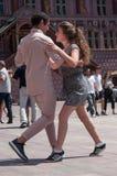 Coppie dei ballerini di tango sul posto principale con altri ballerini al festival di tango della molla Immagini Stock