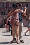 Coppie dei ballerini di tango sul posto principale con altri ballerini al festival di tango della molla Immagine Stock