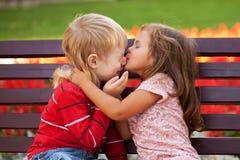 fef9dd9e93 Coppie Dei Bambini Che Si Amano Che Abbraccia Fotografia Stock - Immagine  di gioia, bellezza: 51525044