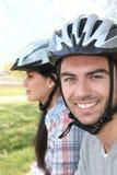 Coppie dei ciclisti che portano i caschi Fotografia Stock Libera da Diritti