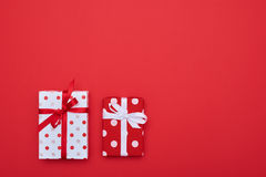 Coppie dei contenitori di regalo punteggiati con un posto per lo spazio della copia Immagini Stock