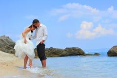 Coppie dei honeymooners dal puntello di mare Immagini Stock