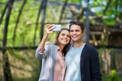 Coppie dei turisti che prendono le immagini immagini stock