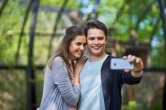 Coppie dei turisti che prendono le immagini fotografia stock
