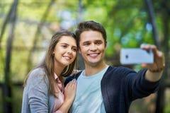 Coppie dei turisti che prendono le immagini immagine stock libera da diritti