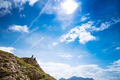 Coppie dei viaggiatori sopra una montagna Mangart, Julian Alps, Fotografie Stock Libere da Diritti