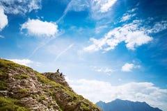 Coppie dei viaggiatori sopra una montagna Mangart, Julian Alps, Immagini Stock