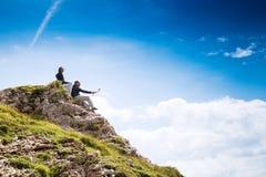 Coppie dei viaggiatori sopra una montagna Mangart, Julian Alps, Immagine Stock