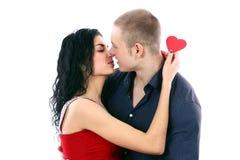 Coppie del biglietto di S. Valentino nel bacio isolato Immagini Stock