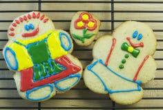 Coppie del biscotto di zucchero sulla cremagliera di cottura Fotografie Stock Libere da Diritti