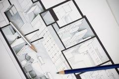 Coppie del colpo artistico degli strumenti di disegno di scrittura sulla pianta regolare del bene immobile che mostra approccio l Immagini Stock