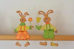 Coppie del coniglietto di pasqua come decorazione immagini stock libere da diritti